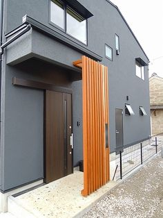 A wooden louver in front of the entrance.- 玄関前の木製ルーバー。扉を開けたときに、中が丸見えに… A wooden louver in front of the entrance. When you open the door, make sure that the inside is not completely visible. A post is attached to the louver. Modern Entrance Door, Modern Exterior Doors, House Entrance, Exterior Design, House Front Door, House Front Design, Mid Century Exterior, Outdoor Furniture Plans, The Door Is Open