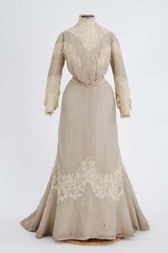 Ivory two-piece wool and lace - 1904 Places: Saint Paul, Ramsey County, Minnesota, United States Gray wool/cotton(?) dress trimmed with lace. Made by dressmaker Katherine Kiernan Edwardian Clothing, Edwardian Dress, Antique Clothing, Historical Clothing, Edwardian Era, Historical Society, 1900s Fashion, Edwardian Fashion, Vintage Fashion