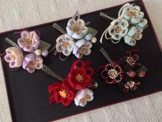 〈つまみ細工〉椿三輪とベルベットリボンの髪飾り(赤と白) | HandMade in Japan 手仕事の新しいマーケットプレイス iichi