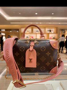 Luxury Purses, Luxury Bags, Luxury Handbags, Designer Handbags, Valija Louis Vuitton, Louis Vuitton Handbags, Dior Handbags, Purses And Handbags, Fake Designer Bags