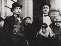 Marinetti con el chaleco futurista disegnado por Depero