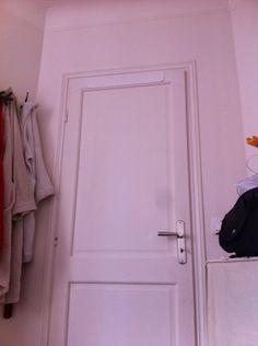 Back side of PEVA KanguruDoor® Lado trasero del organizador sobre las puertas que cuida tu puerta. Sin ganchos Metálicos ni ganchos de plástico.