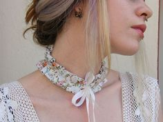 Double-sided collar necklace, one side with a streaked pattern and the other in white with black dots. Closed with pretty satin ribbons. Via en.DaWanda.com.