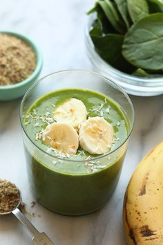 This banana matcha smoothie recipe is packed with nutrients from spinach flax and bananas. It is also a great source of energy from the delicious matcha powder! Make it for breakfast this week! Matcha Smoothie, Raspberry Smoothie, Fruit Smoothies, Healthy Smoothies, Healthy Drinks, Healthy Snacks, Energy Smoothies, Healthy Breakfasts, Smoothie Bowl