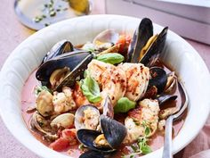 Italiaans visstoofpotje (cioppino) - Libelle Lekker Dit Italiaanse stoofpotje is lekker slank en klaar in 25 minuten. Fish Dishes, Good Mood, Japchae, Paella, Bbq, Canning, Meat, Chicken, Ethnic Recipes