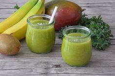 Receta de smoothie tropical con agua de coco, mango, col rizada kale, kiwi y plátano. Cómo hacer un smoothie saludable. Receta de batido de verano