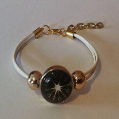 Pulsera botón de cristal blanca con correa  de cuero doble, con botón de presión de brass con piedra adhesiva, dos bolas metálicas y cadena extensora