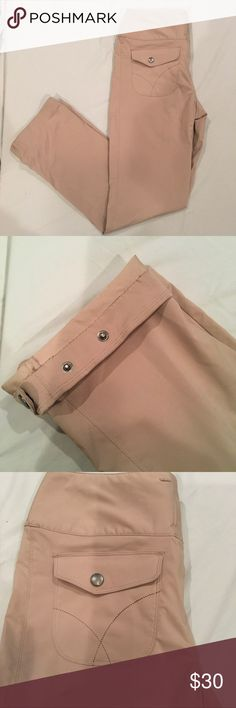 "Merrell Women's Aurora Pants Size 8 Like new size 8 Merrell women's Aurora pants in khaki color.  The leg opening has snaps so there are three different opening size options. These pants are breathable and have a high wind resistance. 30"" inseam Merrell Pants"