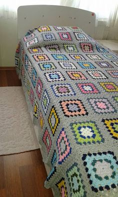 I havent idea how this blanket knitted but i love it bcs wonderfull isn't it? if you know, how this blanket knitted please tell me . Crochet Afghans, Crochet Quilt, Crochet Blocks, Crochet Home, Crochet Motif, Granny Square Häkelanleitung, Crochet Granny Square Afghan, Granny Square Crochet Pattern, Crochet Stitches Patterns