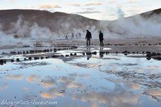 Le désert d'Atacama, au Chili, est un spectacle immobile. Magnifique. Le ciel est immensément bleu. Les couleurs et les ombres changent. On y croise des fumeroles de vapeur de geysers, des flamants roses et des vigognes.