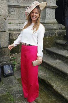 Maite con pantalón Dresseos, cinturón dorado con flores rosas de Dresseos y pamela con plumas rosas de Dresseos - Vestidos alquilados - Alquiler de vestidos y accesorios - Dresseos