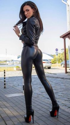 Fantarstic Butt in faux Leather Pants Shiny Leggings, Tight Leggings, Leather Dresses, Leather Pants, Latex Girls, Sexy Latex, Leather Fashion, Sexy Outfits, Clothes For Women