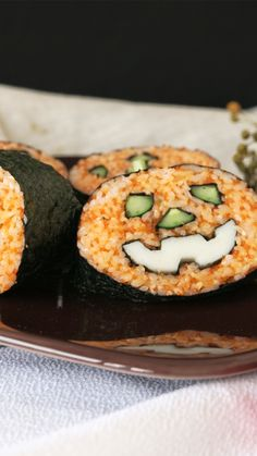 You can't help grinning when you take a bite of this special snack, perfect for Halloween parties. Healthy Halloween Snacks, Healthy Snacks, Halloween Treats, Sushi Recipes, Seafood Recipes, Asian Recipes, Food Crafts, Diy Food, Sushi Ingredients