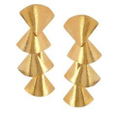 Boucles d'oreilles dorées gold Hervé Van Der Straeten http://www.vogue.fr/joaillerie/shopping/diaporama/boucles-d-oreilles-or-jaune-dorees-gold-aurelie-bidermann-ca-lou-gucci-vhernier/12011/image/716708#boucles-d-039-oreilles-dorees-gold-herve-van-der-straeten