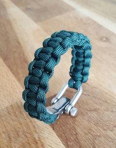 Retrouvez cet article dans ma boutique Etsy https://www.etsy.com/fr/listing/453097172/bracelet-paracorde-grisvert-avec-une