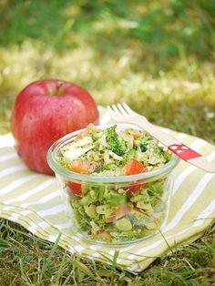 Brokkoli-Salat mit Apfel, Paprika und Pinienkernen