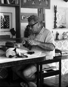 Jorge Amado sempre trabalhando nesta máquina de escrever . Foi casado com Zélia Gatai .