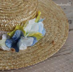 Canotier ala ancha y copa baja Argentina con cinta en amarillo, velo y flores en blanco, azul celeste y amarillo by malonsilla
