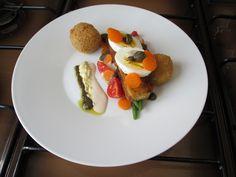 Fritto croccante di patate e melenzana con verdure uovo sodo e assasoinement sauce tartare tapenade et thonnata Gino D'Aquino
