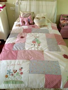 Decorar interiores: Colcha de patchwork. Para que tu habitación quede la más bonita y original. Descubre cómo hacer más y combinar telas en nuestra web. www.telasdeluna.com Patch Quilt, Rag Quilt, Quilt Bedding, Duvet, Patchwork Quilt Patterns, Crazy Patchwork, Patchwork Ideas, Baby Girl Quilts, Girls Quilts