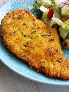 ESCALOPES MILANAISES (Pour 4 P : 4 escalopes de poulet, 2 oeufs, 3 c à s de lait, ½ tasse de panko (chapelure asiatique), ¼ tasse de parmesan, 1 c à s de persil, sel, poivre, 1 c à c d'épices italiennes, ½ c à c d'ail en poudre, huile d'olive pour la friture, farine, citron pour garniture)