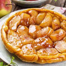 Εύκολη και ξεχωριστή αυτή τη τάρτα με μήλα. Η υφάλμυρη και πλούσια καραμέλα είναι εκείνη που εκτοξέυει την νοστιμιά της στα ύψη. Sweets Cake, Cupcake Cakes, Cupcakes, Food Deserts, Desserts, Desert Recipes, Tea Time, Apple Pies, Drink