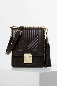 Kožená crossbody kabelka MARCIANO 0GG9109302Z Vás osloví na první pohled. Kabelka má na vnější straně elegantní prošívaný efekt a disponuje nastavitelným ramenním popruhem. Výrazné logo MARCIANO najdete na kovovém zapínání a logo MARCIANO GUESS najdete na zadní straně kabelky, oboje ve zlatém tónu. Jennifer Lopez, Luxe Clothing, Exclusive Collection, You Bag, Chanel Boy Bag, Real Leather, Leather Crossbody Bag, Shopping Bag, Shoulder Bag