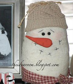 Make your own little snowman family. :) Learn how to make this adorable snow man craft. Perfect for a winter decoration and for an afternoon of crafting. Primitive Christmas, Christmas Snowman, Winter Christmas, All Things Christmas, Christmas Holidays, Christmas Decorations, Christmas Ornaments, Felt Snowman, Snowman Crafts