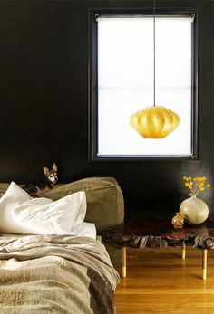 30 inspirations déco pour la chambre : ♡ On aime : Le noir et or + La table de chevet en marbre ✐ On retient :  La lampe pendante en guise de lampe de chevet