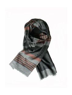 Een mooie wollen herensjaal, grijs met streep, lekker warm. Deze sjaal voelt erg zacht aan en is ook zeer geschikt voor op een trui of colbert.