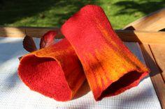 Zu diesen Armstulpen hat mich der Herbst mit seinen leuchtenden Farben inspiriert. Wenn ich aus dem Küchenfenster sehe, leuchtet mir ein wilder Wei...