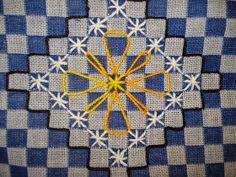 O ponto de cruz duplo é feito sobre o tecido xadrez.  A linha utilizada é a para crochê e  a agulha sem ponta, para ficar mais confor... Hand Embroidery Stitches, Embroidery Art, Cross Stitch Embroidery, Hand Stitching, Embroidery Patterns, Chicken Scratch Patterns, Chicken Scratch Embroidery, Bargello, Fiber Art