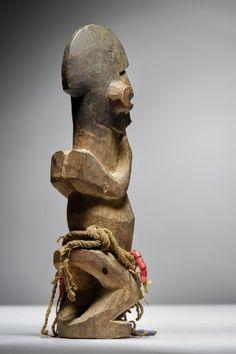 Lot n°111  Yaka Figure Belgium, Nativity, Lion Sculpture, Auction, Statue, Congo, Collection, Art, Art Background