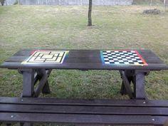 tavolo da giardino in plastica riciclata con disegnati due giochi
