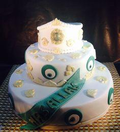 Besnijdenistaart met groen en gouden accenten. De broche is gemaakt met de Karen Davies mal en beschilderd in groen/goud. In de kroon zit een 12 cm blanda. Onderste taart is 30 cm, middelste 20 cm.
