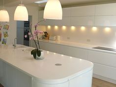 Private Residential Refurbishment, Kent: modern Kitchen by STUDIO 9010 Kitchen Inspirations, Handless Kitchen, White Gloss Kitchen, White Kitchen, Handleless Kitchen, Modern Kitchen Photos, Kitchen Lighting Design, Kitchen Diner Extension, Kitchen Wet Bar