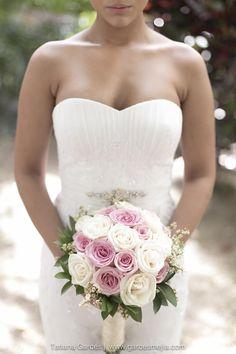 Las rosas nunca pasarán de moda!!!El bouquet es el compañero perfecto para un hermoso vestido de novia… para un vestido muy elegante, un ramo muy clásico!!! - weddingphoto - boda - wedding - matrimonio - casamiento