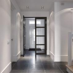 Nice entree met mooie plinten en zo'n 2,5 meter breed Entry Stairs, Entry Hallway, Entryway, Floor Design, House Design, Contemporary Interior Doors, Black And White Interior, Boutique Homes, Black Doors
