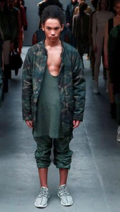 Hot on the heels of his Adidas Yeezy 750 Boost sneakers, Kanye West unveiled his fall 2015 debut ready to wear collection for Adidas during New York Fashion… Kanye West, Yeezy Outfit, Yeezy Season 1, New York Fashion, Mens Fashion, Street Fashion, Yeezy Fashion, Fashion 2015, Mens Fall