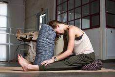 Yin Yoga: 5 wohltuende & entspannende Übungen mit Kissen und Bolster | Manchmal passen Kooperationen einfach wie der Yogi nach Indien. Kürzlich war ich noch bei einem wundervollen Yin Yoga Workshop und wollte mir danach Kissen und Bolster für zu Hause besorgen, da fragte mich #DoYourSports, ob ich ihre testen möchte. Aber na klar! Hier stelle ich meine fünf liebsten Yin Yoga Übungen vor, die du mit der weichen Unterstützung genießen kannst.