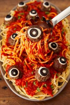 As you start planning your Halloween party, make sure to lure your guests in with a delicious Halloween dinner. Here are our favorite Halloween dinner recipes. Pasteles Halloween, Bolo Halloween, Halloween Cocktails, Halloween Appetizers, Halloween Dinner, Halloween Celebration, Halloween Food For Party, Halloween Treats, Halloween Decorations