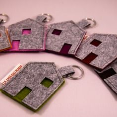 Home accessories handmade in Italy. by GioieDiCasaLab - Felt key ring You are in the right place about school clothes Here we offer you the most beautiful - Felt Crafts Diy, Crafts To Sell, Fabric Crafts, Sewing Crafts, Sewing Projects, Crafts For Kids, Felt Keychain, Love Sewing, Key Fobs