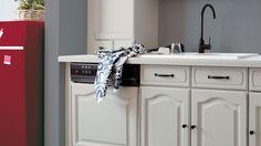 Installer une cuisine toute neuve, ce n'est pas donné à tout le monde. Alors, pour ne pas exploser son budget, on peut opter pour une alternative qui en bluffera plus d'un : repeindre les façades, la crédence ou le plan de travail de sa cuisine grâce à des peintures spéciales. Bye bye la cuisine rustique en un clin d'oeil !>> Nos solutions pour rénover facilement sa cuisine