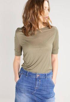 Whyred. AGA - T-shirts med print - dusty green. Ermelengde:Halvlange ermer. Lengde:normal lengde. Totallengde:68 cm i størrelse S. Overmateriale:100% viskose. Mønster:ensfarget. Materiale:jersey. Passform:normal. Hals/utringning:rund hals. Model...