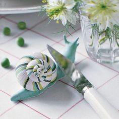 Porte-couteau en forme d'escargot en pâte au-durcissante et vraie coquille peinte