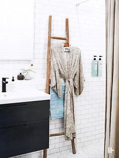 Bathroom inspiration, A great way to quickly update any room is concentrating on the accessories. Modern Barn House, Big Houses, Bathroom Renovations, Bathroom Interior, Bathroom Inspiration, Wardrobe Rack, Ladder Decor, How To Look Better, Villa