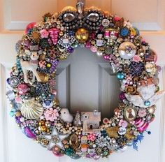 Modernize the door wreath - 100 crazy ideas made of atypical materials - living ideas and decoration - Modern door wreath made entirely of retro jewelry and decoration - Christmas Ornament Wreath, Jewelry Christmas Tree, Xmas Wreaths, Christmas Candle, Costume Jewelry Crafts, Vintage Jewelry Crafts, Jewelry Art, Skull Jewelry, Fabric Jewelry
