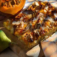 Kürbis-Flammkuchen mit Speck und Gorgonzola - hab für den Teig etwas mehr Wasser genommen, Belag reicht viel weniger als im Rezept angegeben