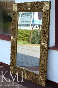 """W nowościach w naszym sklepie wyjątkowo piękne lustro z kolekcji """"Bindi"""". Zachwyca piękną rzeźbioną ramą, pomalowaną w odcieniach starego, patynowanego złota. Dodatkowo rama ozdobiona jest wstawkami z mosiężnej blachy.  Gorąco polecamy to naprawdę niespotykane lustro."""