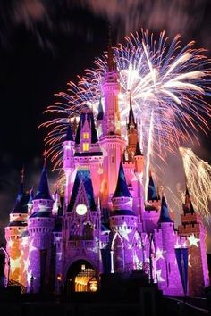 Walt Disney world is going to have their Fourth Of July firework display again this year at both locations Orlando and California. The firework display will be behind Cinderella's Castle at the entrance of Walt Disney World. Disney World Resorts, Disney Parks, Disney World Tipps, Disney World Tips And Tricks, Disney Vacations, Disney Trips, Dream Vacations, Disney Tickets, Orlando Disney